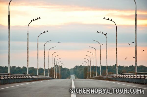 Мост через р. Припять в г. Чернобыль. Закат в Чернобыльской зоне.